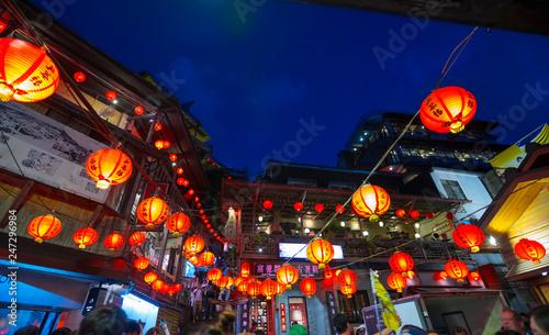 Naklejka premium Piękne Stare Miasto Jiufen z tłumem turystów zwiedzających nocą w Nowym Tajpej na Tajwanie