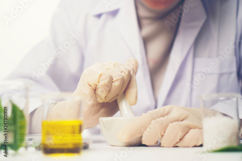 Fotografía  the scientist, doctor, make alternative herb medicine with herbal the organic natural in the laboratory