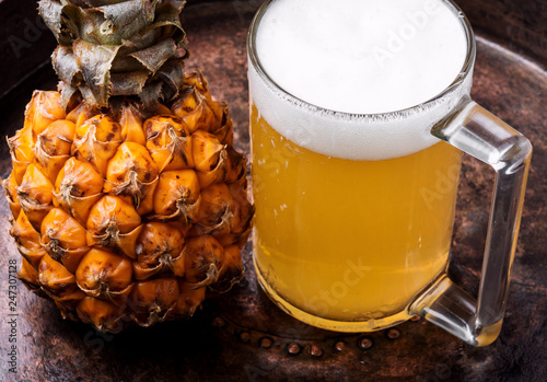 Tuinposter Bier / Cider Glass with pineapple ale