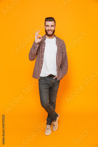 Photo  Full length portrait of a cheerful young man