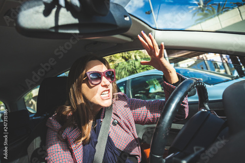 Valokuva  Woman driving screaming stressed in traffic