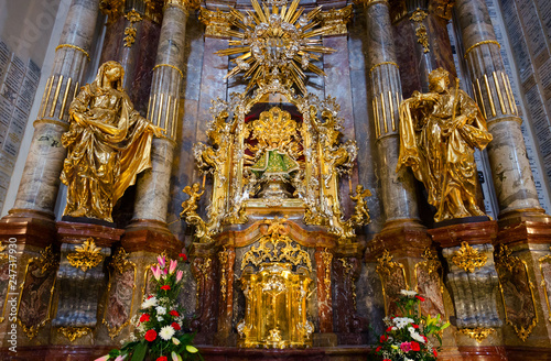 La pose en embrasure Edifice religieux Main shrine of Church of Our Lady Victorious and St. Anthony of Padua - statue of Infant Jesus of Prague, Prague, Czech Republic