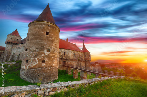 Foto op Plexiglas Historisch geb. Beautiful panorama of the Hunyad Castle / Corvin's Castle with wooden bridge.