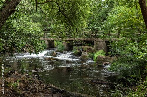 rio con puente pequeño