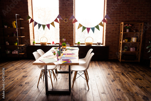 Fotografía  Table with four sits places and colorful carton cardboard paper with painted egg