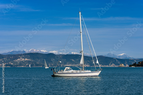 Papiers peints Pays d Afrique Sailboats in the Gulf of La Spezia in winter - Italy