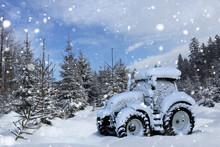 Schneebedeckter Traktor Steht Im Schnee