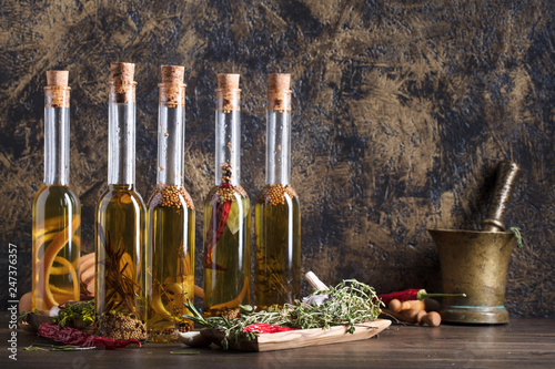 In de dag Aromatische Bottles of olive oil with different spices and herbs.