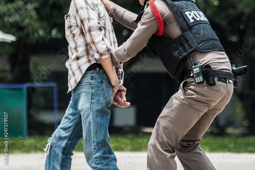 Foto Police steel handcuffs,Police arrested,Police arrested the wrongdoer