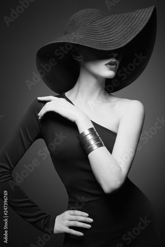 La pose en embrasure womenART portrait of young lady with black hat and evening dress