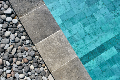 Fotografiet  Closeup photo of pool edge which decorated with pebbles