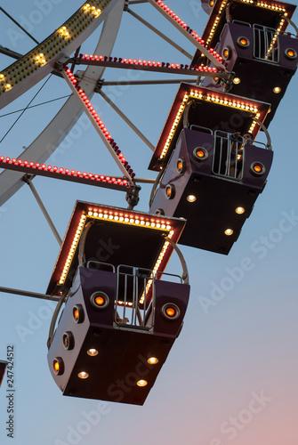 Foto  Ferris wheel in the evening lighting