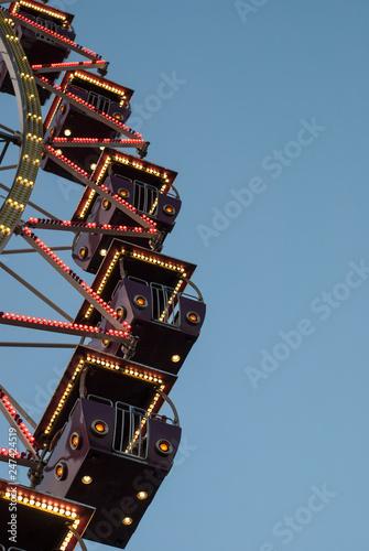 Fotografiet  Ferris wheel in the evening lighting