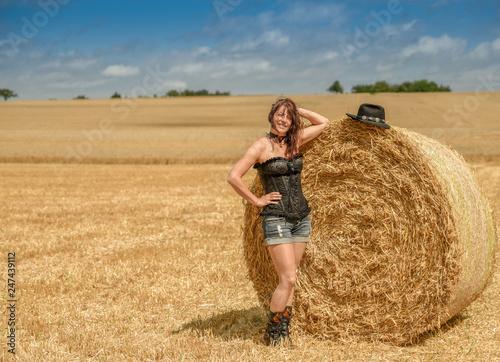 Leinwand Poster Hübsche Frau am Feld