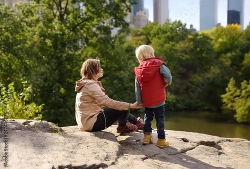 Canvastavla Woman and her charming little son admire the views in Central Park, new York