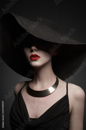 Foto op Canvas womenART portrait of young lady with black hat and evening dress