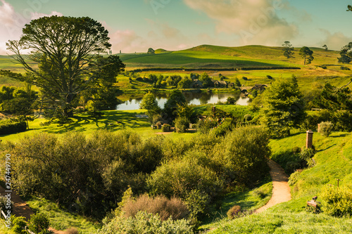 Foto Panorama with green Dragon sunset in Hobbiton, New Zealand