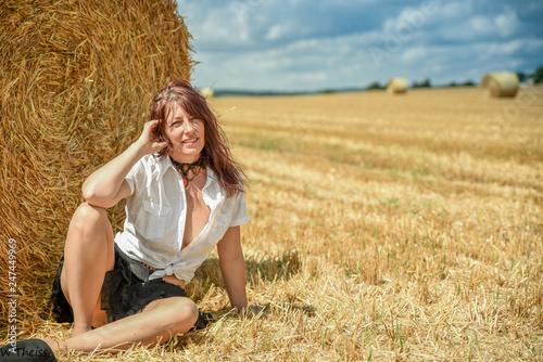Fotografering Hübsche Frau am Feld