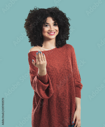 Photo  young woman doing gesture the come