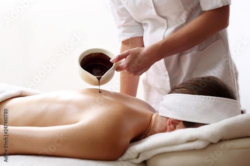 Obraz Masaż pleców czekoladą. Relaks i przyjemność w salonie spa - fototapety do salonu