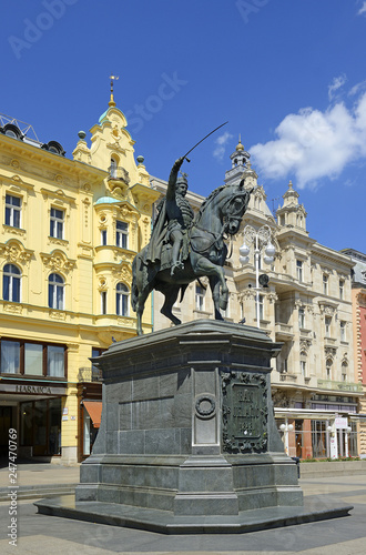 In de dag Historisch mon. Zagreb, The equestrian statue of Ban Jelacic, historic city center. Zagreb is the capital and the largest city of Croatia.