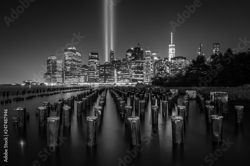 Foto op Aluminium New York Pier pilings and the Tribute in Light over the Manhattan skyline at night, seen from Brooklyn Bridge Park, in Brooklyn, New York.