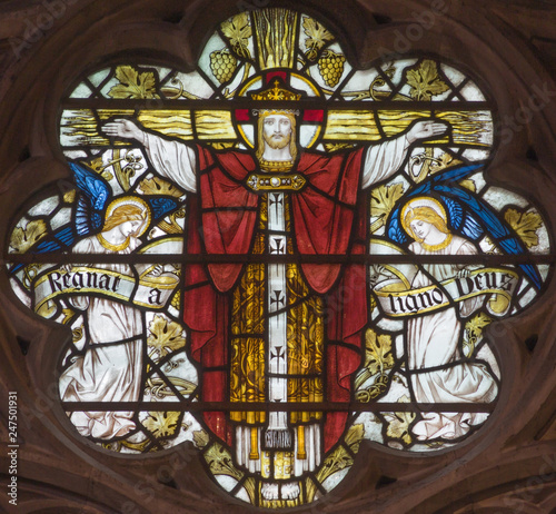 LONDON, GREAT BRITAIN - SEPTEMBER 19, 2017: The Crucifixion on the Stained glass in St Mary Abbot's church on Kensington High Street Fototapet