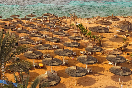 Fotografía  Fabulous landscape view of the beautiful beach with many umbrellas and clear water of the Red Sea