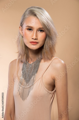 Fototapeten womenART Fashion Asian Woman Tan skin silver hair eyes