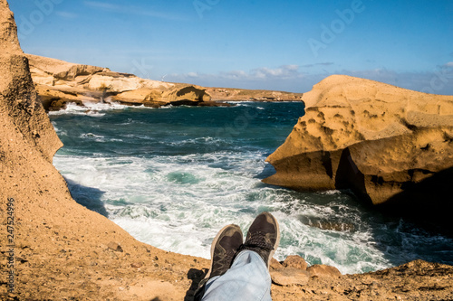 Fotografía  Travel and discover scenic places concpet for legs lay down and relax on a cliff