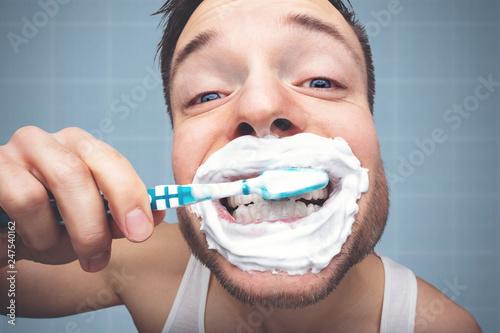 Fotomural Witziges Porträt eines Mannes beim Zähneputzen