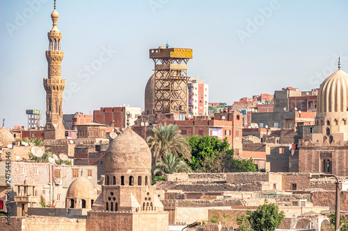 Fotografia View of the ancient minarets of the tombs of the city of the dead on a sunny day