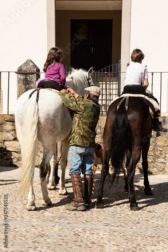 Fotografie, Obraz  Caballos con niños montados