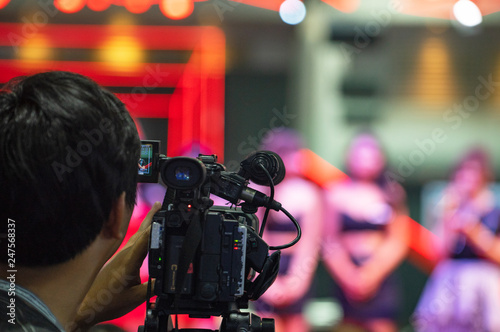 Photo  Female Vlogger Recording Broadcas