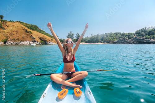 Fotomural  Woman kayaking in Thailand