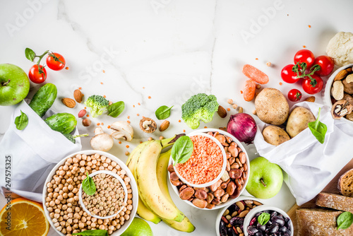 La pose en embrasure Cuisine Healthy food. Selection of good carbohydrate sources, high fiber rich food. Low glycemic index diet. Fresh vegetables, fruits, cereals, legumes, nuts, greens. copy space