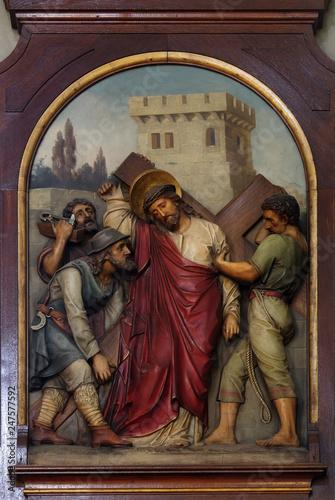 Fotografie, Obraz 5th Stations of the Cross, Simon of Cyrene carries the cross, Basilica of the Sa