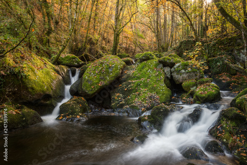 Fotografía  Waterfalls between granite rocks covered with moss