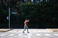 横断歩道を渡る女の子