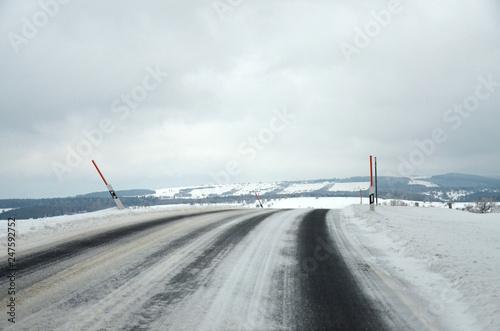 Zdjęcie XXL zaśnieżona wiejska droga