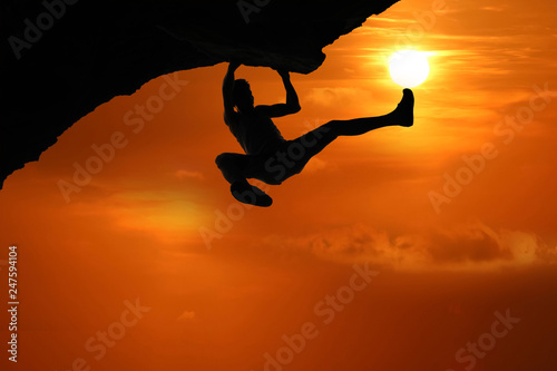 Foto auf Leinwand Rot kubanischen Free climbing on the mountain at red sky sunset background