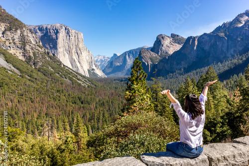 Photo  Female tourist enjoying the view