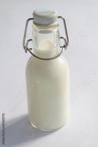 Fotografie, Obraz  Bottiglietta di vetro con latte su sfondo bianco