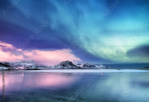 Photo sur Aluminium Aurore polaire Aurora borealis on the Lofoten islands, Norway. Green northern lights above ocean. Night sky with polar lights. Night winter landscape with aurora and reflection on the water surface. Norway-image
