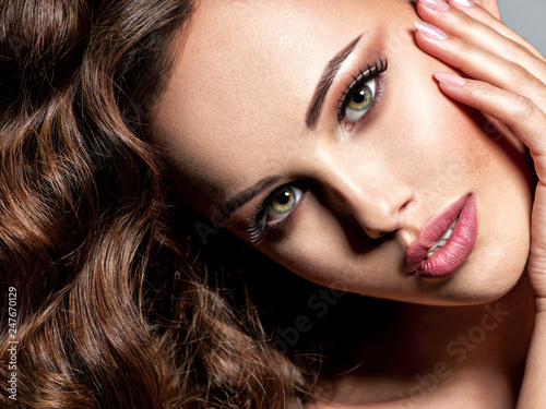Staande foto Hoogte schaal Face of a beautiful woman with brown hair