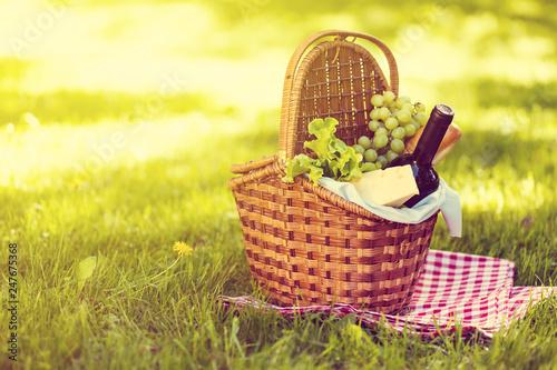 Fotografia  Picnic basket in summer park