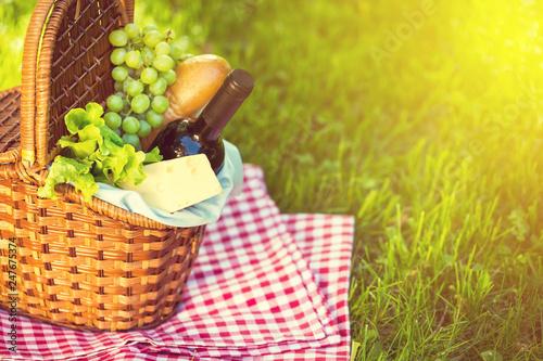 Stickers pour portes Pique-nique Picnic basket in summer park