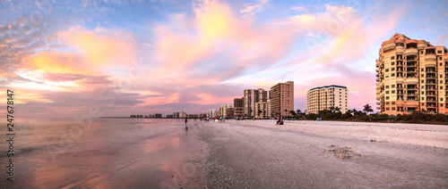 Poster Rose clair / pale Pink and gold sunset sky over South Marco Island Beach