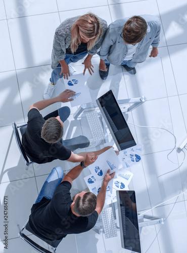 Fotografía  overhead view of people having business meeting