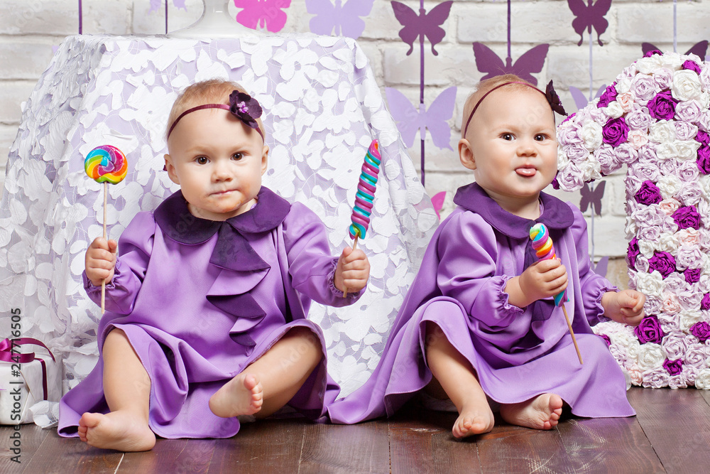 One Year Old Twins On The Birthday Foto Poster Wandbilder Bei EuroPosters
